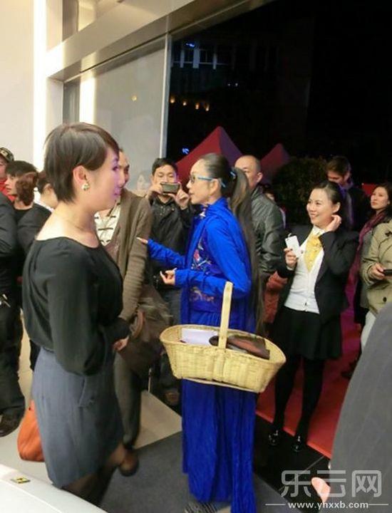 杨丽萍提菜篮子逛法拉利车展高清图片