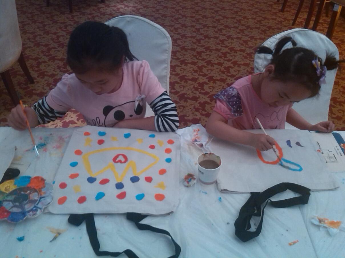 经过大家的认真绘画,小小的帆布袋焕发出不一样的活力,这也让众多客户