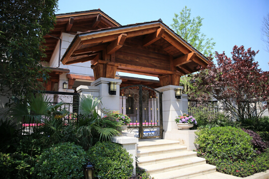 说到欧美对于住宅风格的喜好,较为突显在其对居住感的自由舒适、细节饱满、风格独特和优良的人居氛围。欧美风情住宅所带来的这一切居住体验,至关重要的一点便是园 林景观的塑造,对于纯独栋的别墅而言更是如此。财信赖特与山虽然坐拥铁山坪国家4A森林公园这一得天独厚的自然资源,但从大环境落到住宅景观细节的打造,赖特与山更是匠心独运,将生态美景与私家园林的自然之美无限融合,成就了其双重景观上品佳作。  财信赖特与山实景图 建筑外观与欧式皇家园林相辅相成 财信赖特与山采用了北美纯赖特风格,无论是其有机建筑理念,还是建筑外观