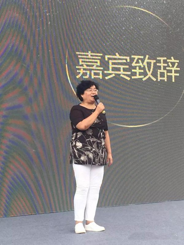 (贵阳市房地产商会副会长兼秘书长欧筑秋代表商会发言)