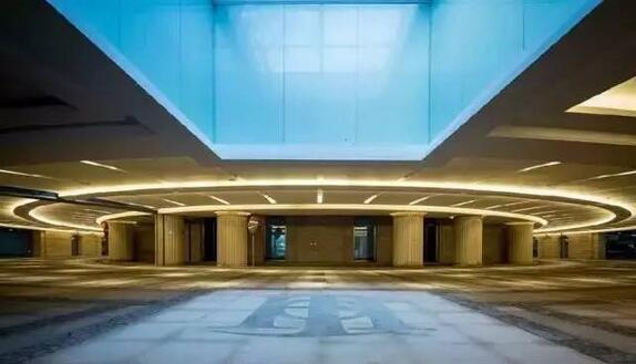 1,湖心岛景观车库   厦门的湖心岛景观车库入门的采光天井处采用方形